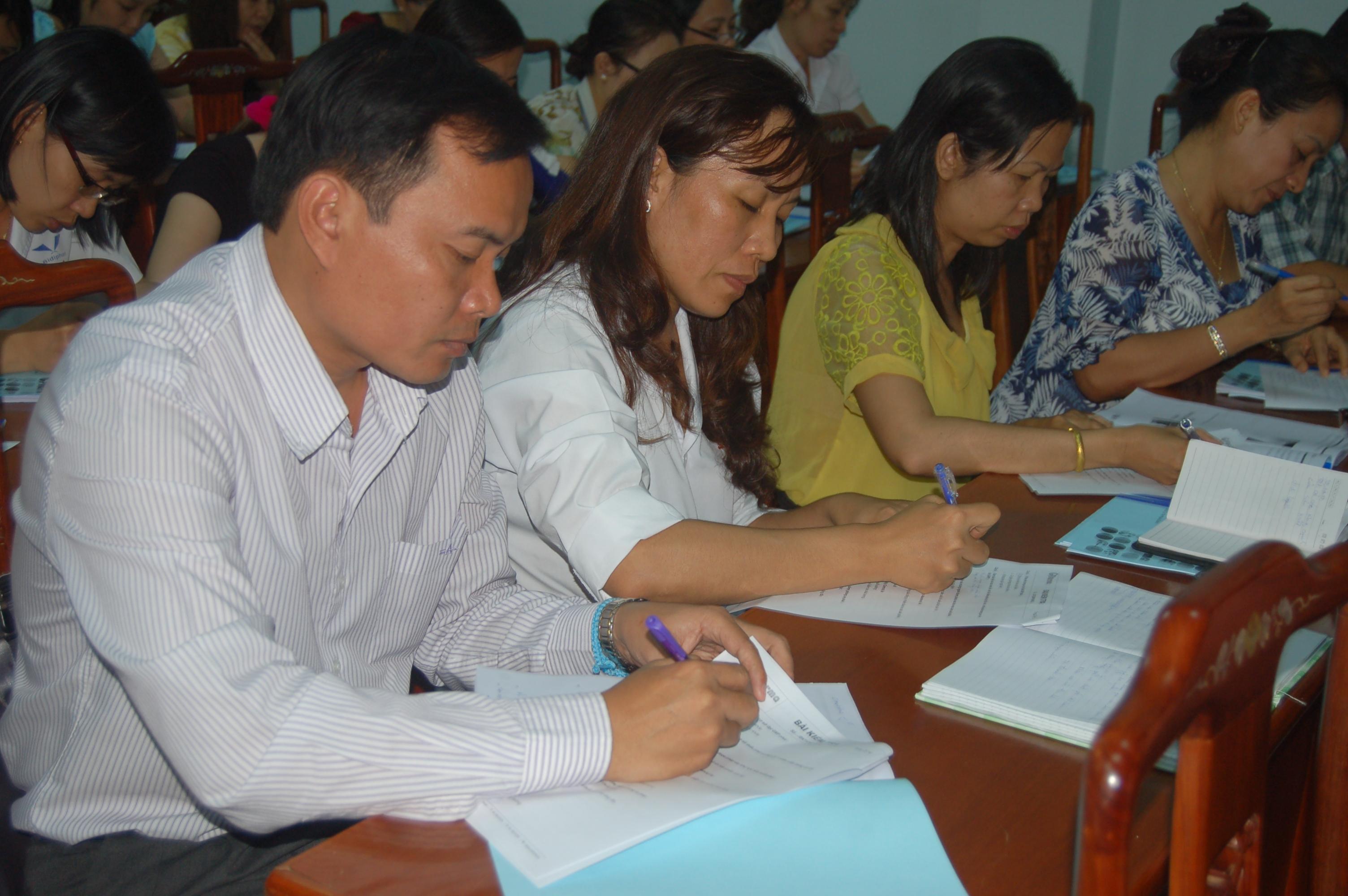 Các học viên từ Lào chăm chú làm bài kiểm tra.