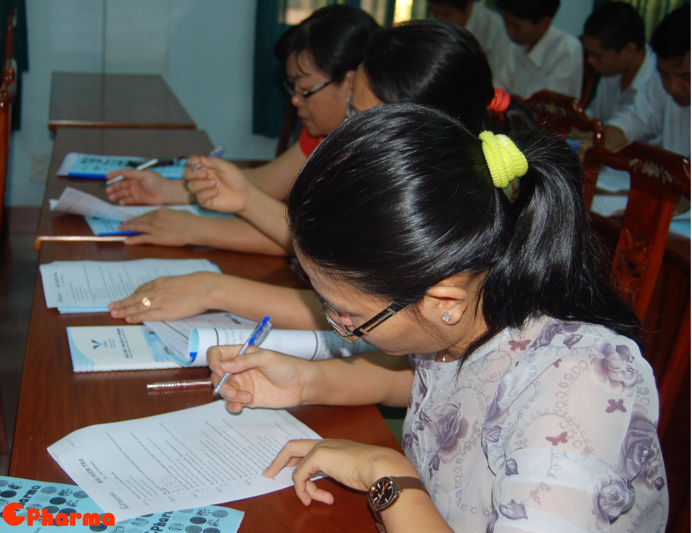 Học viên Việt nam cũng hết sức chăm chú làm bài kiểm tra