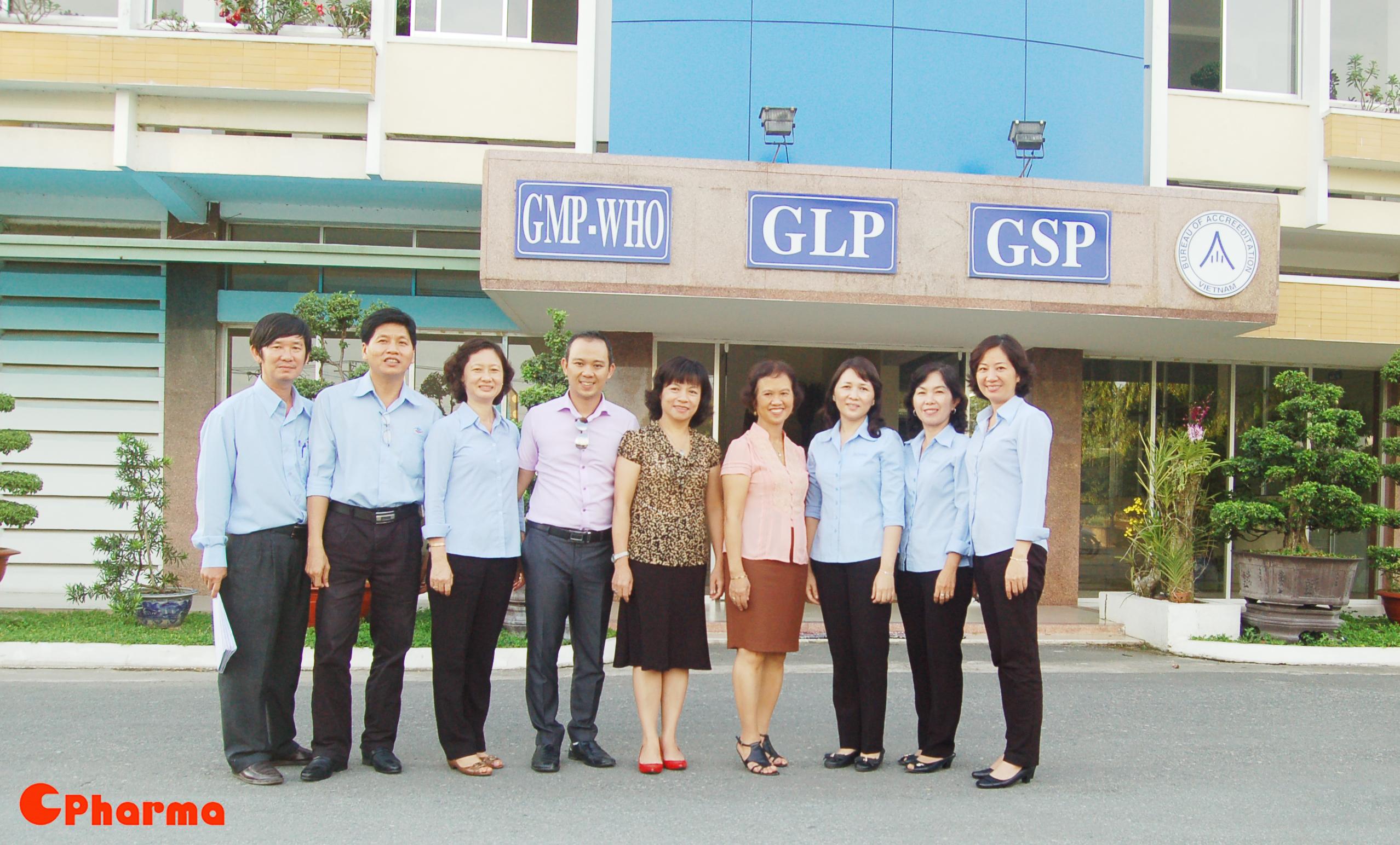 Giảng viên từ CPharma chụp ảnh lưu niệm cùng các cán bộ lãnh đạo DHG Pharma