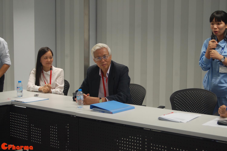 Nguyên Thứ trưởng Lê Văn Truyền lắng nghe báo cáo của Nipro Pharma Vietnam